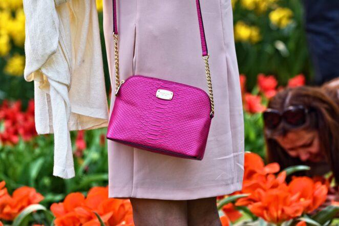 Handtasche an Frau